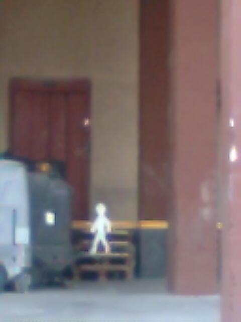 Omino Bianco a la entrada del edificio Licasa, número 8, en Isabel de Collbrand, Fuencarral, Madrid.