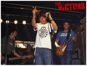 Álvaro (en medio, voz), Ricky (derecha, guitarra), Tato (izquierda, bajista cool) y Pablo (al fondo, a la bateria) componen The Victims, el mejor grupo de la historia del Rock'n'Roll... quizá junto a los Rolling...